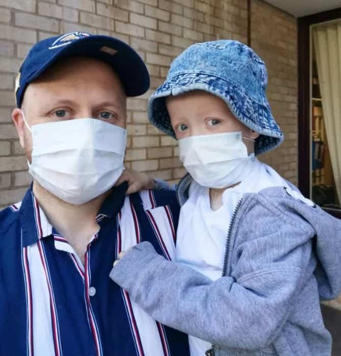Menino com câncer que venceu o coronavírus