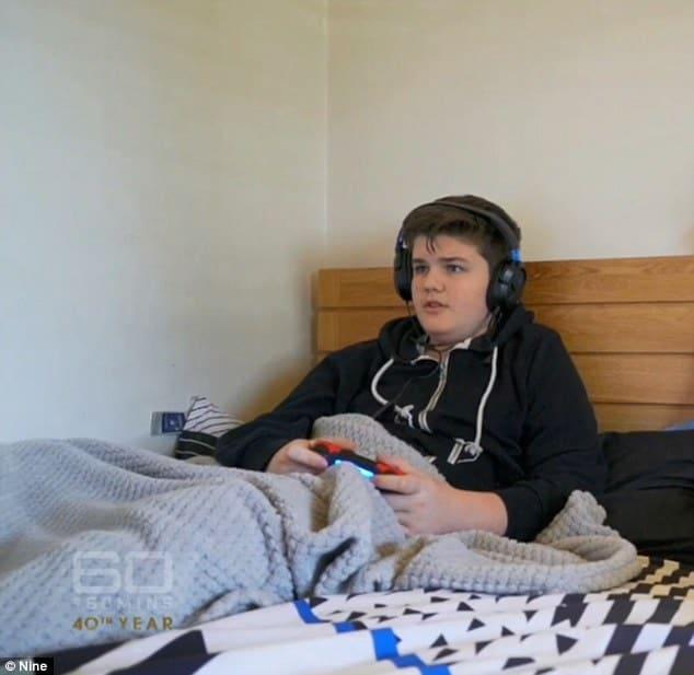 Menino passa a maior parte do tempo jogando videogame