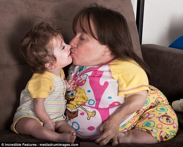 Mamãe Stacy com um de seus filhos