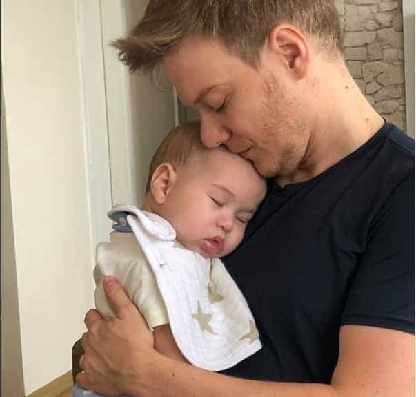 Momento ternura, o papai Michel Teló e o bebê Teodoro