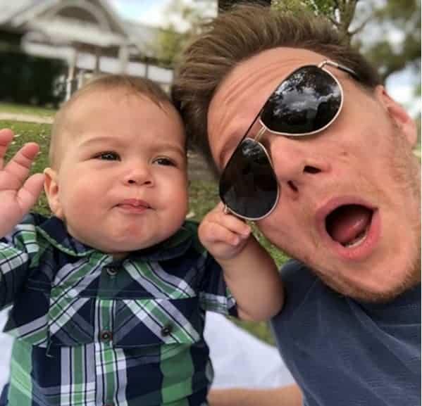 O bebê Teodoro aprontando com o papai Teló