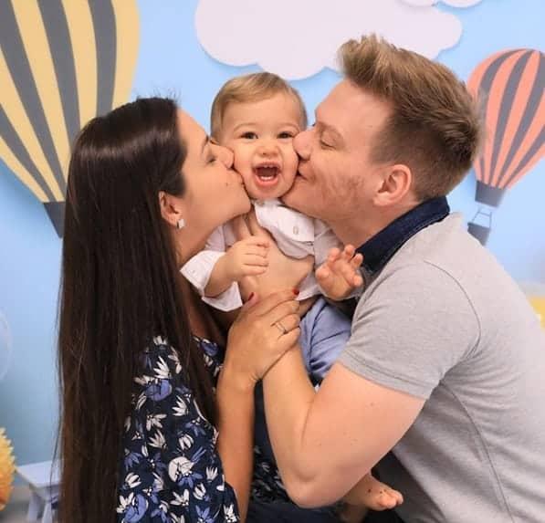 O fofo Teodoro ganhando beijo da mamãe Thaís Fersoza e do papai Michel Teló