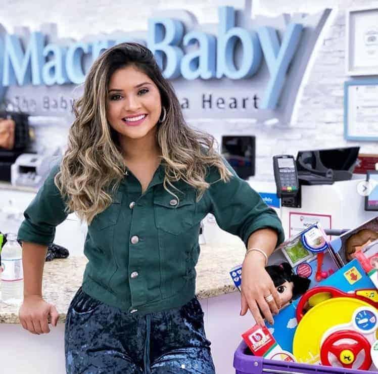 A ex-mulher do cantor Wesley Safadão, Mileide Mihaile com suas compras na loja de enxoval de bebê