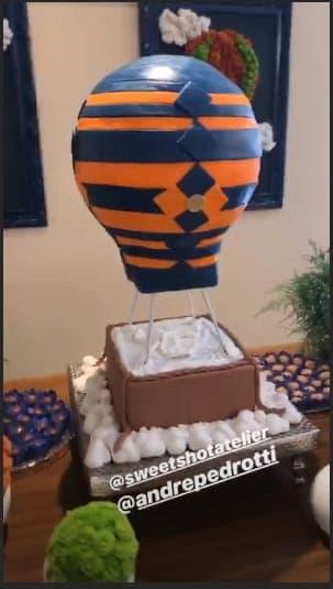 O bolo foi em forma de balão no segundo chá de bebê da atriz Milena Toscano