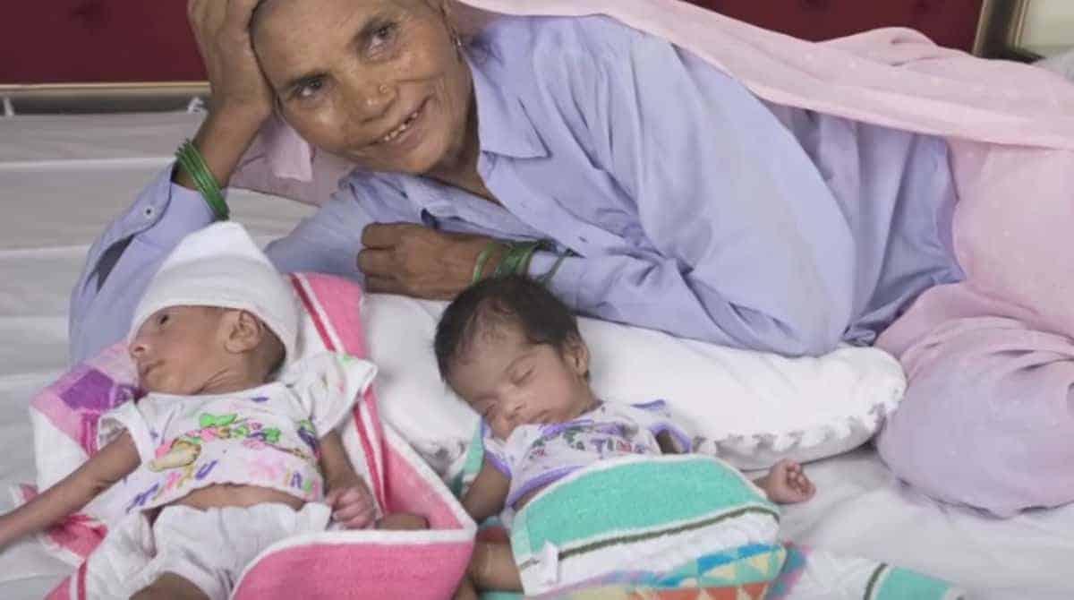 Mulher de 70 anos com seus bebês gêmeos
