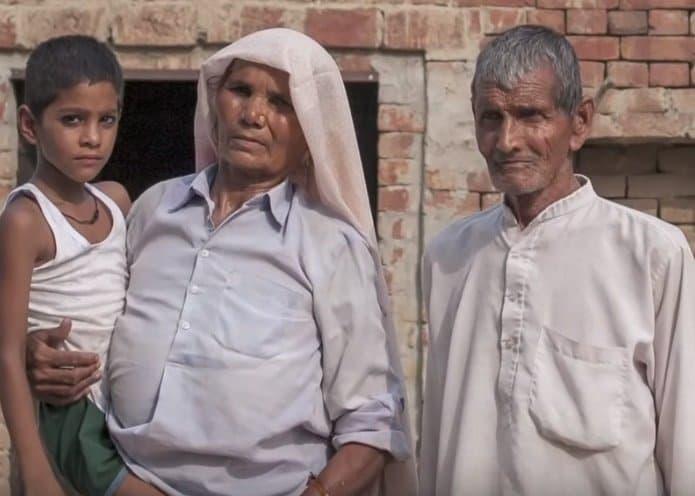 Somente um dos gêmeos sobreviveu, ele aparece na foto com os pais