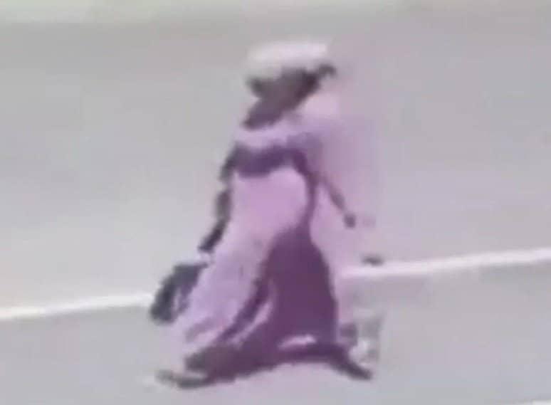 Mulher saindo da maternidade com o recém-nascido