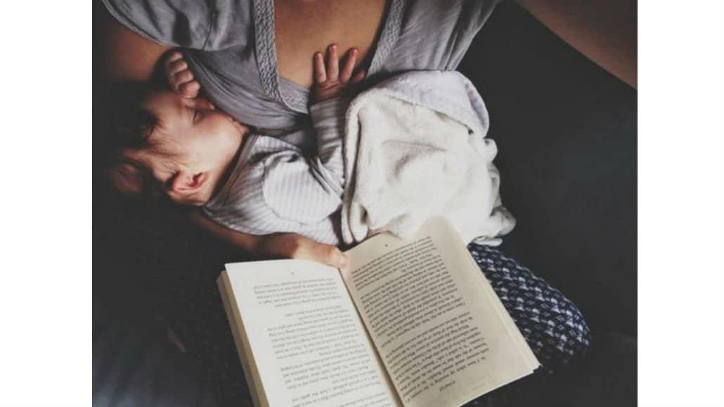 Amamentação enquanto lê