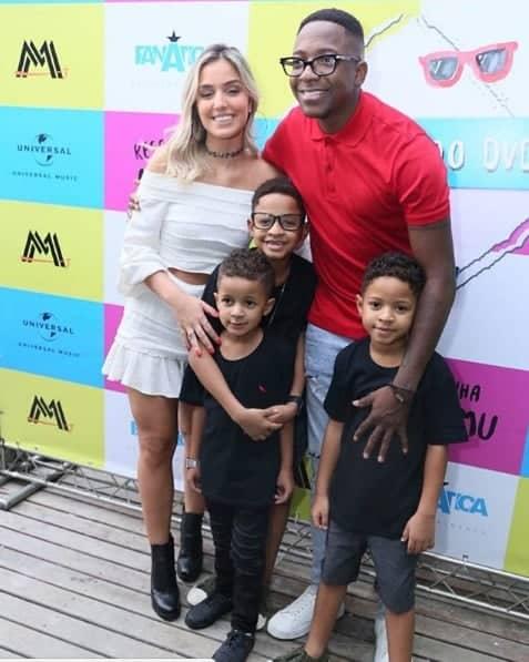 O cantor Mumuzinho com a namorada e seus três filhos