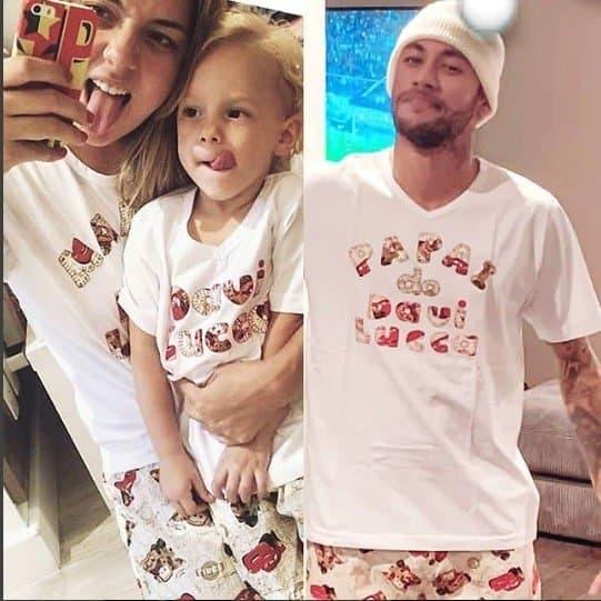 Na publicação todos com os pijamas iguais, Davi Lucca, Carol Dantas e Neymar