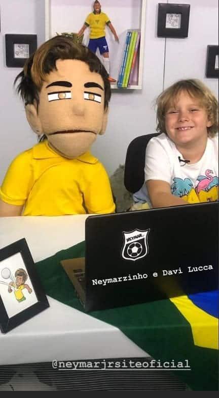 Davi Lucca com boneco do pai