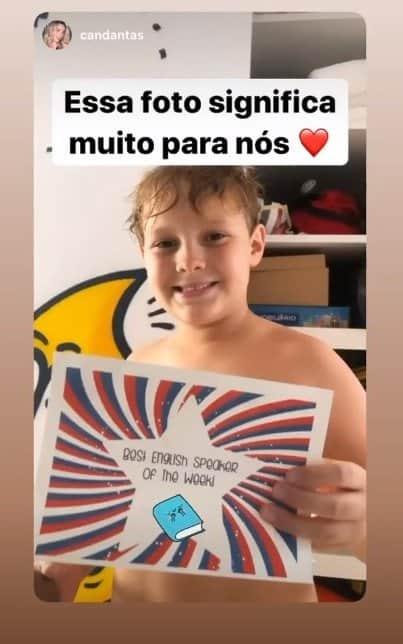 Filho de Neymar e Carol Dantas mostrando conquista da escola
