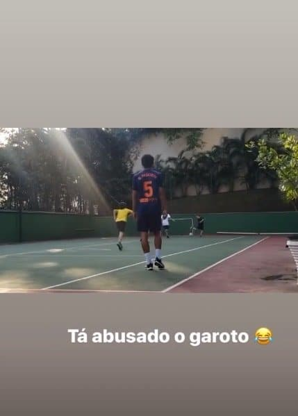 Filho de Neymar fazendo gol de calcanhar durante jogo com amigos
