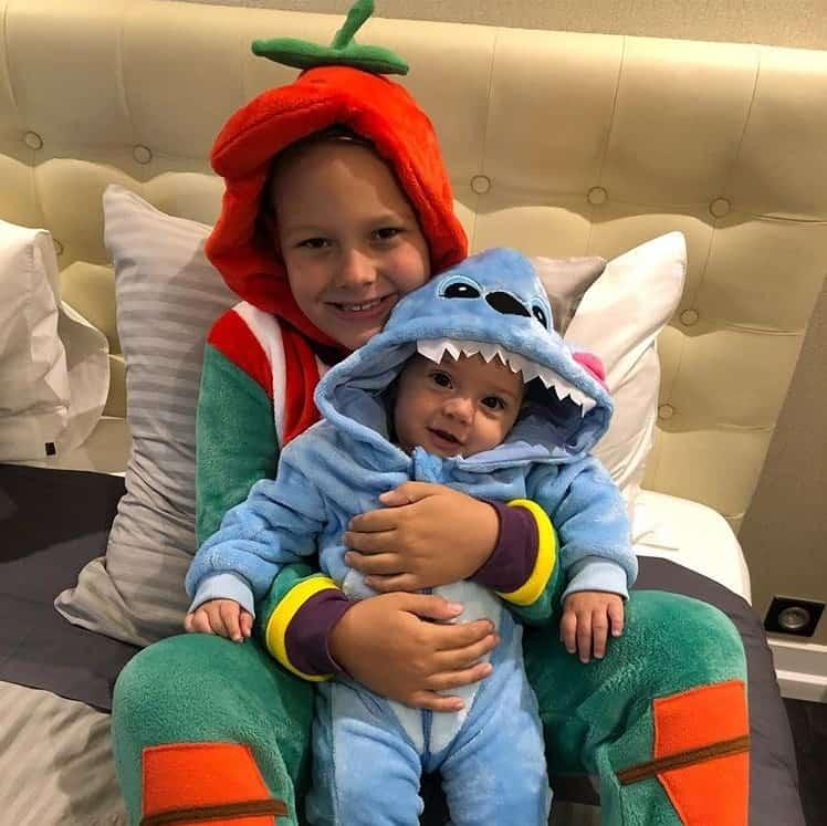 Filho de Neymar dando show de fofura em foto com o irmãozinho