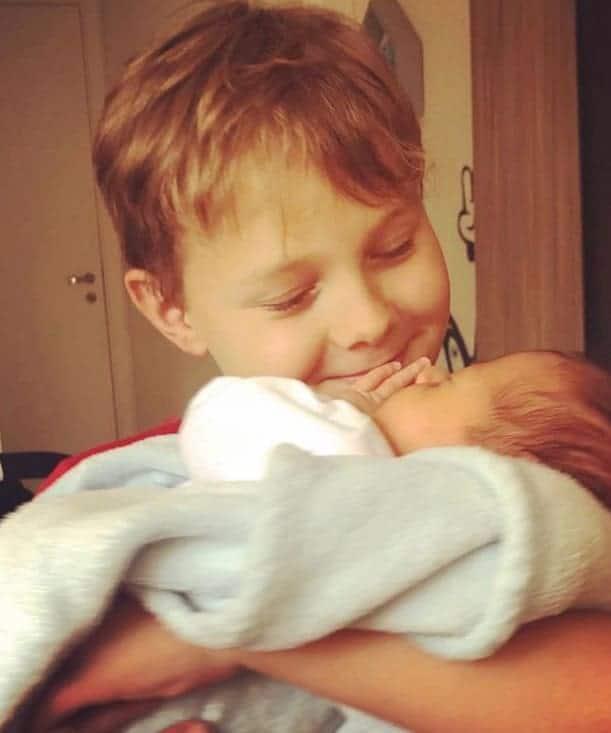 Filho de Neymar com o irmão nos braços