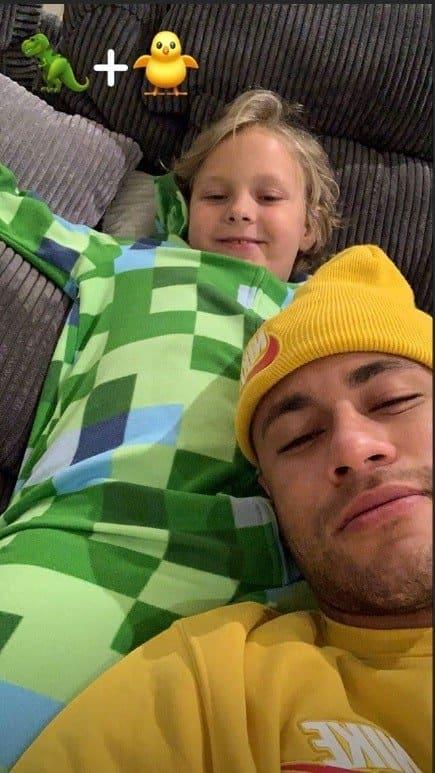 Neymar Jr se diverte junto com o filho