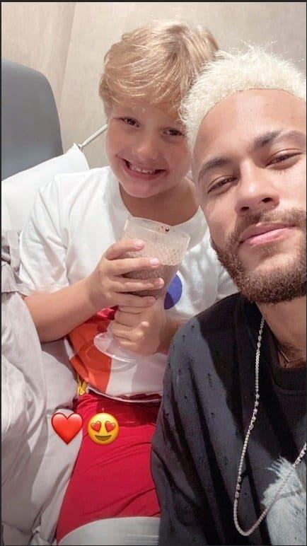 Neymar com o filho Davi Lucca em sua mansão