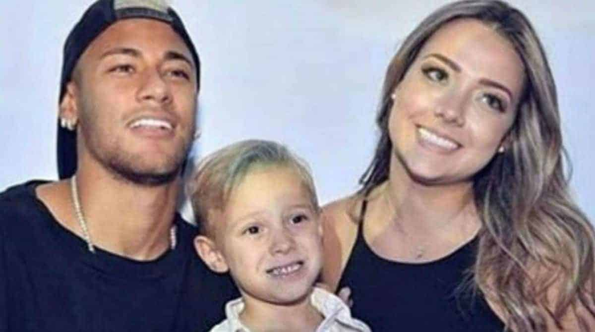 Davi Lucca ao lado de seus pais Neymar Jr e Carol Dantas