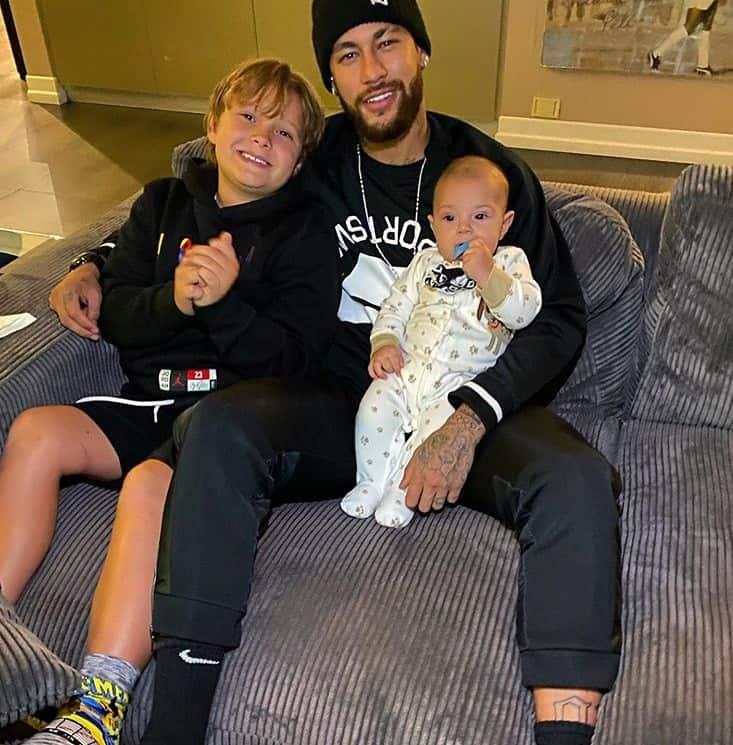 Neymar com o pequeno Valentin e seu filho Davi Lucca