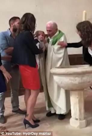 Mais uma imagem do momento em que o padre agrediu o bebê no batizado