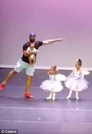 Marc dançando com a filha Bella