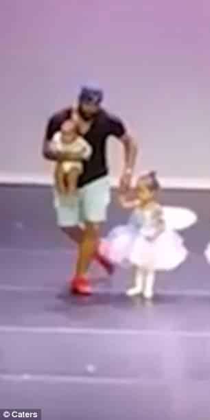 Esse papai subiu no palco para dançar balé com a filha