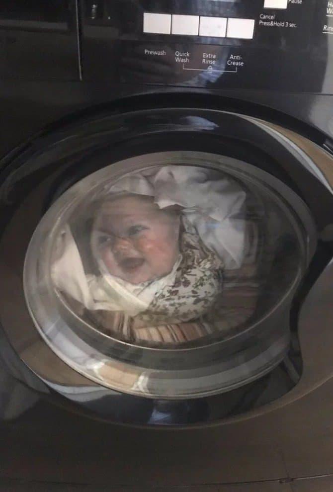 Camiseta com rosto do bebê dentro da máquina de lavar