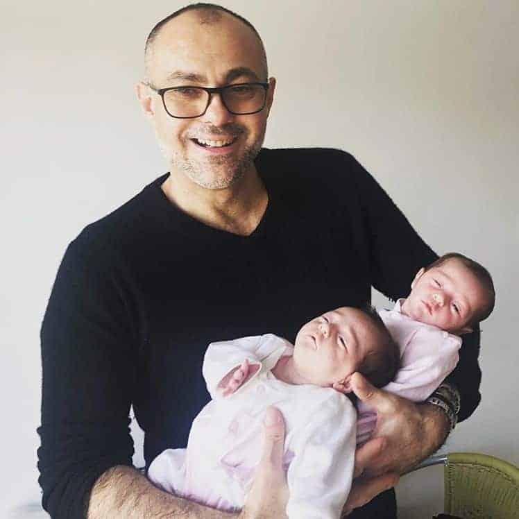 O papai Antonio com suas bebês  Anna e Maria