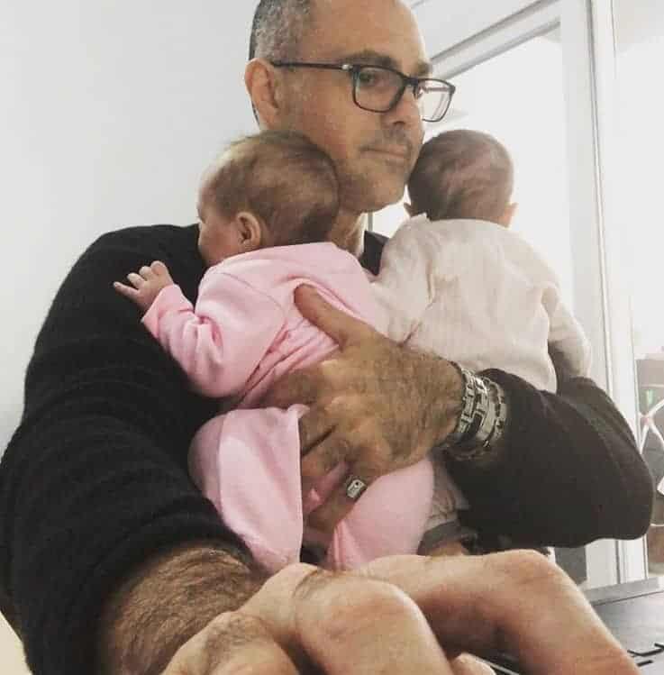 o papai Antonio com suas gêmeas Anna e Maria