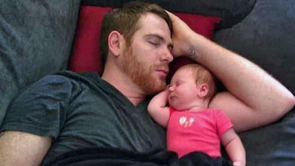 Esta bebê é a cara do seu papai até mesmo na hora de dormir!