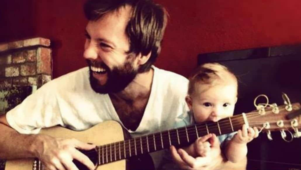 Pai e bebê fãs de música