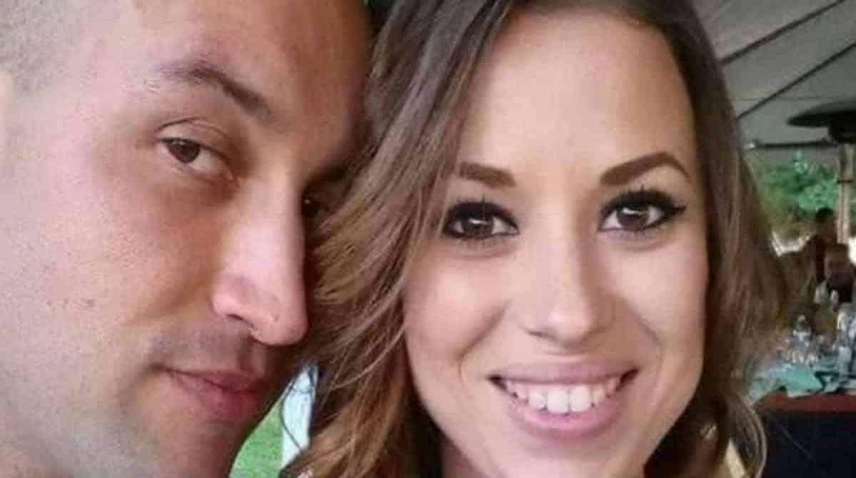 Um pai decidiu compartilhar tristes fotos de sua esposa grávida e sua filha natimorta no caixão