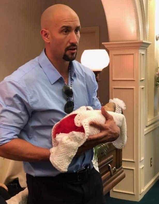 Um pai decidiu compartilhar tristes fotos de sua esposa grávida e sua filha natimorta no caixão para falar de algo muito sério