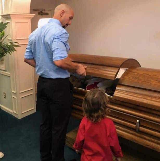 Zach ao lado do caixão da esposa, que morreu grávida de oito meses