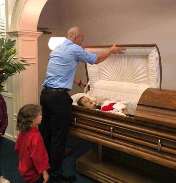 Zach ao lado do caixão da esposa, que morreu grávida de oito meses, junto com um dos filhos