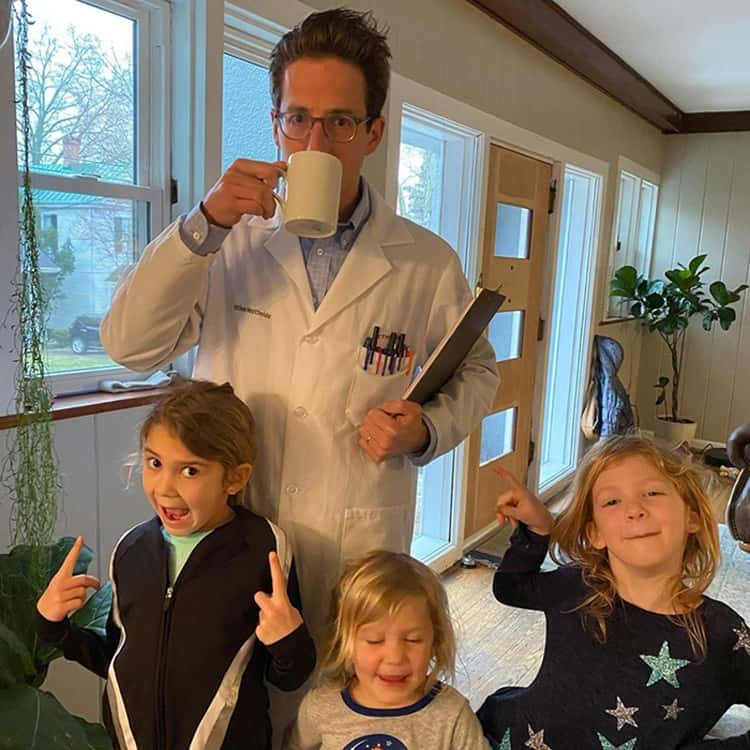 O pai se fantasia todos os dias para ensinar as filhas
