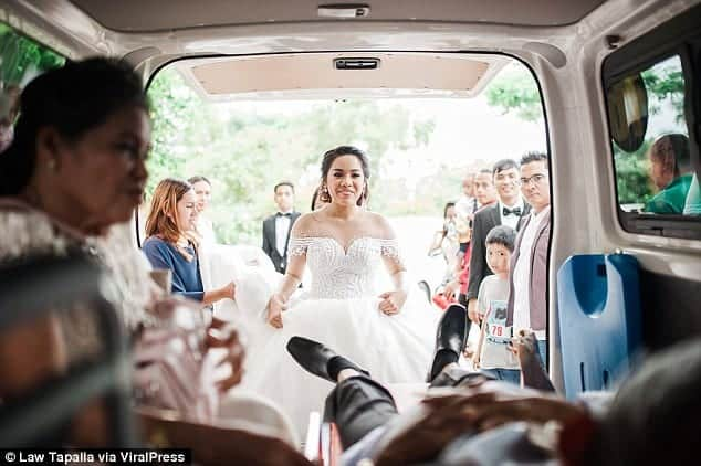 A noiva encontrando o pai na ambulância