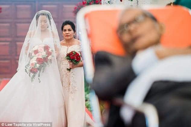 Pedro no altar do casamento da filha