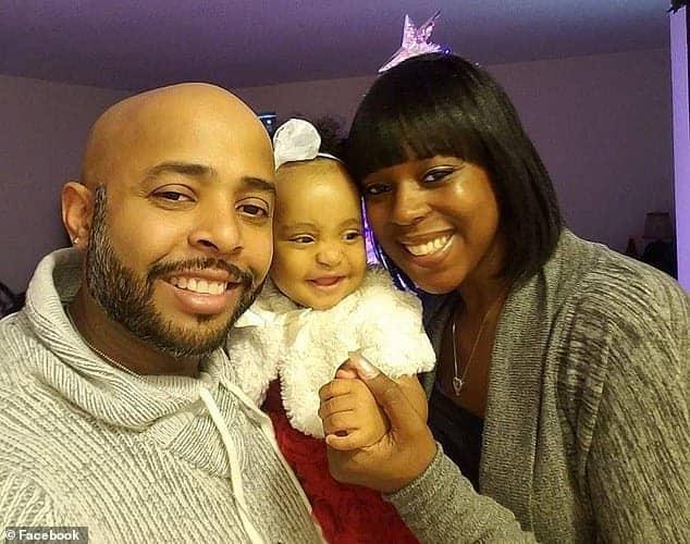 A pequena Zoey com sua mãe Cherone e com o pai que causou o crime