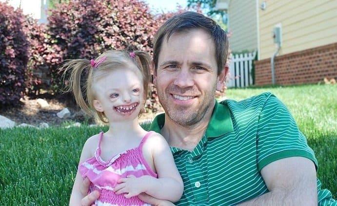 Pai com menina especial em momento família