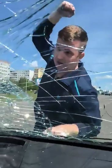 Um das fotos do momento em que o pai quebra o vidro do carro da sua ex-mulher