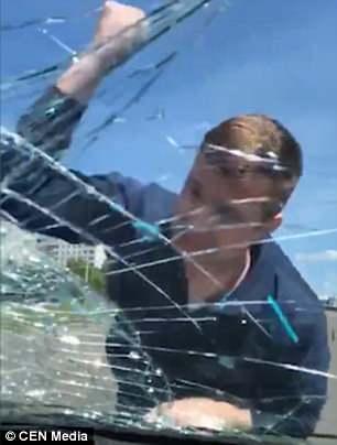 Mais uma imagem do momento em que o pai quebra o vidro do carro da ex