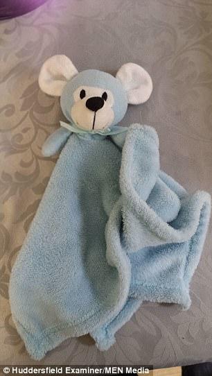 O bebê Harry Lucks de 18 meses teve um acidente com o seu cobertor