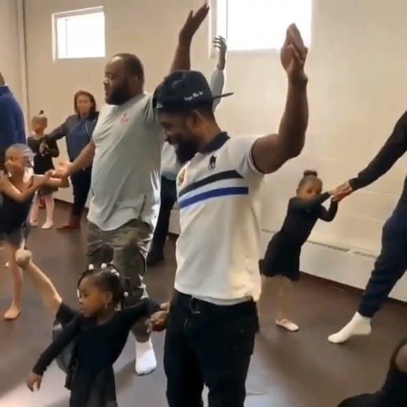 Doze pais participaram do evento na escola de ballet das filhas