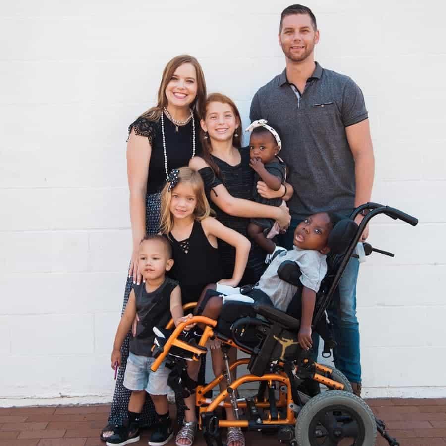 Os pais têm duas filhas biológicas e agora três filhos adotivos