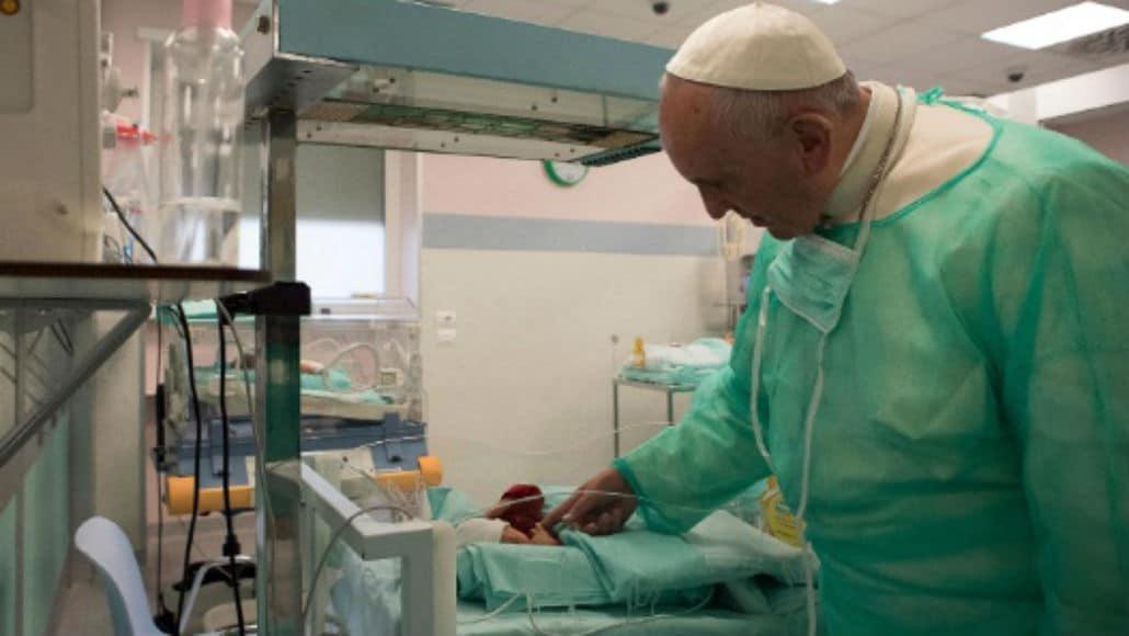 O Papa Francisco com um dos bebês