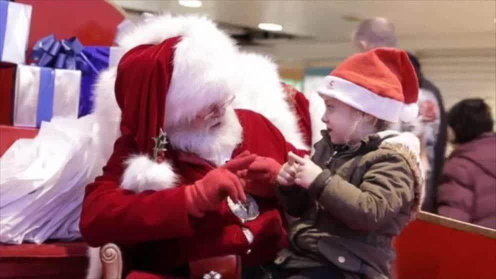 Papai Noel em conversa com menina surda