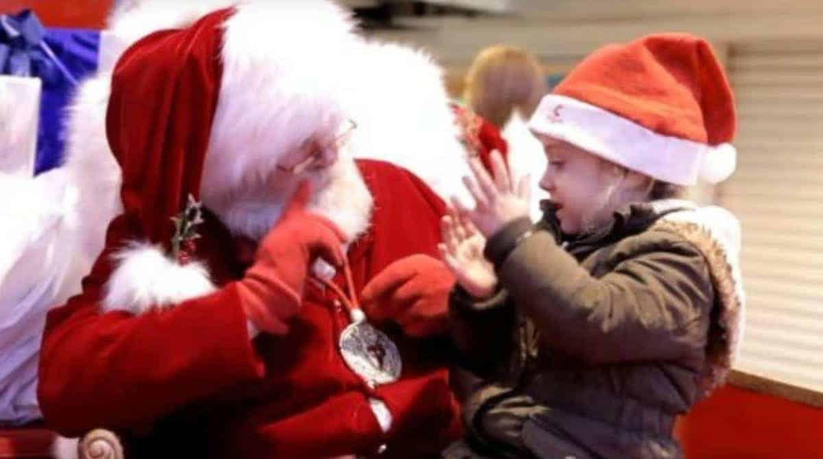 Papai Noel falando com menina surda na língua de sinais