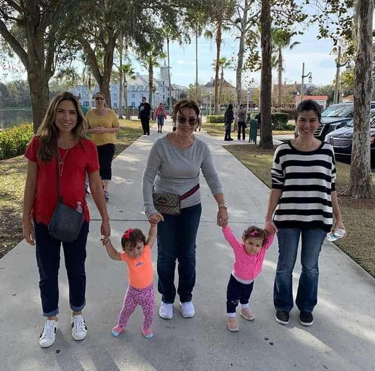 Patrícia Abravanel passeia com a família