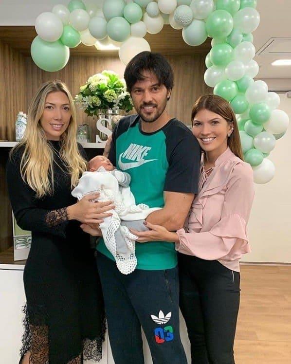 Fábio Faria com o bebê Senor e as tias